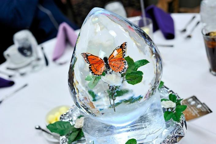 This butterfly-themed mini centerpiece ice sculpture is small but huge in detail. ]